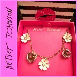 BETSEY JOHNSON B13978-N01 Daisy and Roses Necklace